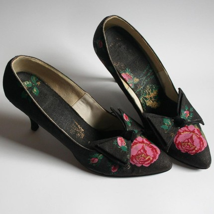 9.5 rose printed fabric 60s pumps with oversized pointy bows on each toe. girly. feminine. amazing